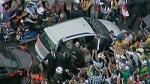 El automóvil que lleva al papa Francisco es apiñado por la gente mientras queda atascado en el tránsito mientras es conducido desde el aeropuerto hasta la catedral metropolitana de Río de Janeiro el 22 de julio en esta imagen tomada de video. (Foto CNS/Compartida en vídeo vía Reuters)
